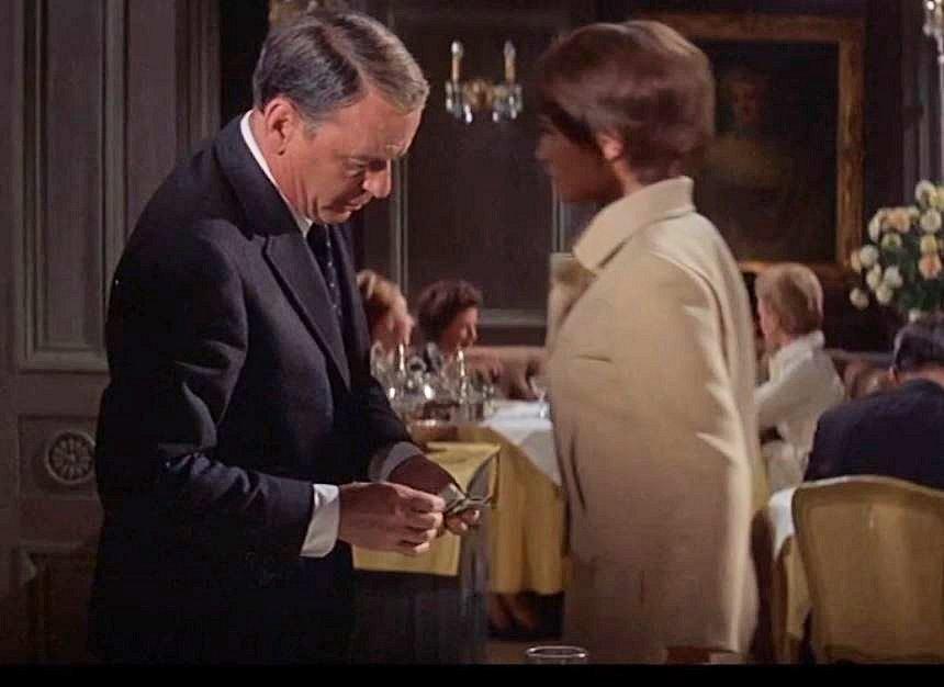 Dans les vieux polars, j'aime bien quand le détective se lève et laisse sur la table quelques billets qu'il retire d'une liasse ....